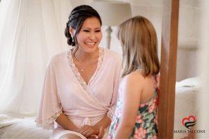 Terminata l'acconciatura sposa , Evgeniya attende per proseguire nei preparativi